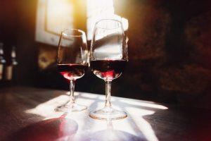 Dos copas de vino en una bodega