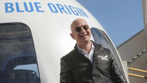Jeff Bezos vuela al borde del espacio